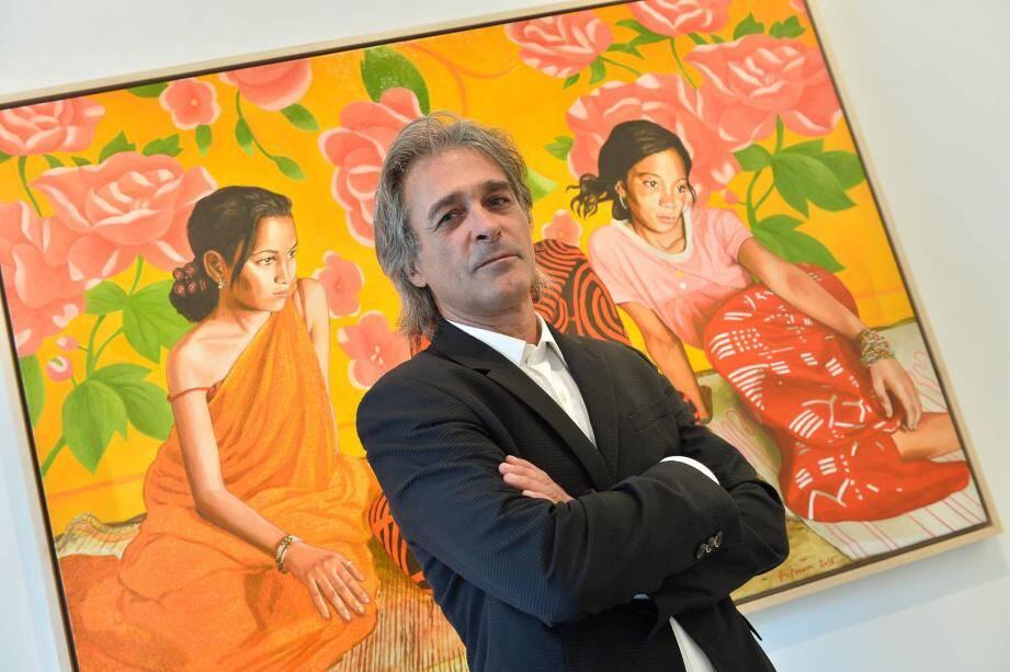 Titouan Lamazou, hier, devant l'une des toiles qui compose la série de portraits de femmes qu'il présente à Monaco.