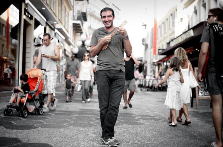 Emmanuel Lopez et son ukulélé font le buzz sur le Net….