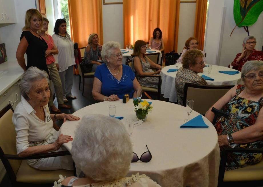 Le centre Speranza-Albert II accueille une centaine de seniors chaque semaine. Ils viennent chacun, un à deux jours par semaine, et sont répartis entre groupes de même « niveau ». Ils participent à des animations ainsi qu'à des exercices cognitifs, tout en gardant une vie sociale.