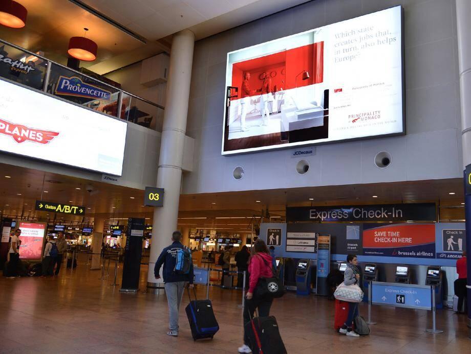 Le rouge et blanc s'affiche en grand - et en anglais - dans l'aéroport de Bruxelles.