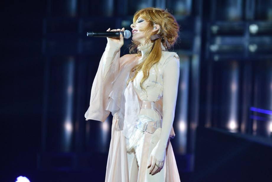 Mylène Farmer a abandonné la blondeur peroxydée de son dernier album pour sa couleur rousse habituelle.