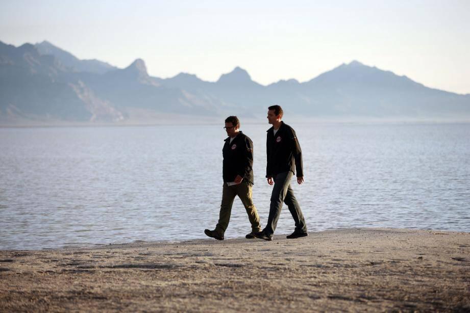 Gildo Pallanca-Pastor, patron de Venturi, et Nicolas Mauduit, directeur du bureau d'études de la marque automobile, devant l'étendue d'eau qui recouvre le désert de sel de Bonneville.