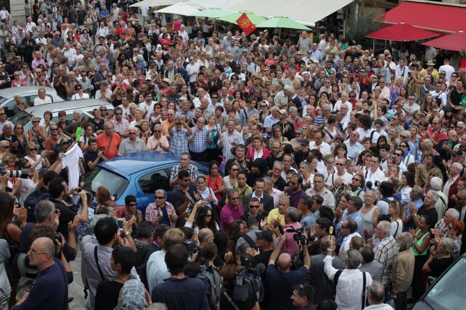 Sur la place du Palais-de-Justice, un millier de personnes fait une standing ovation à Yahya, le fils du bijoutier.