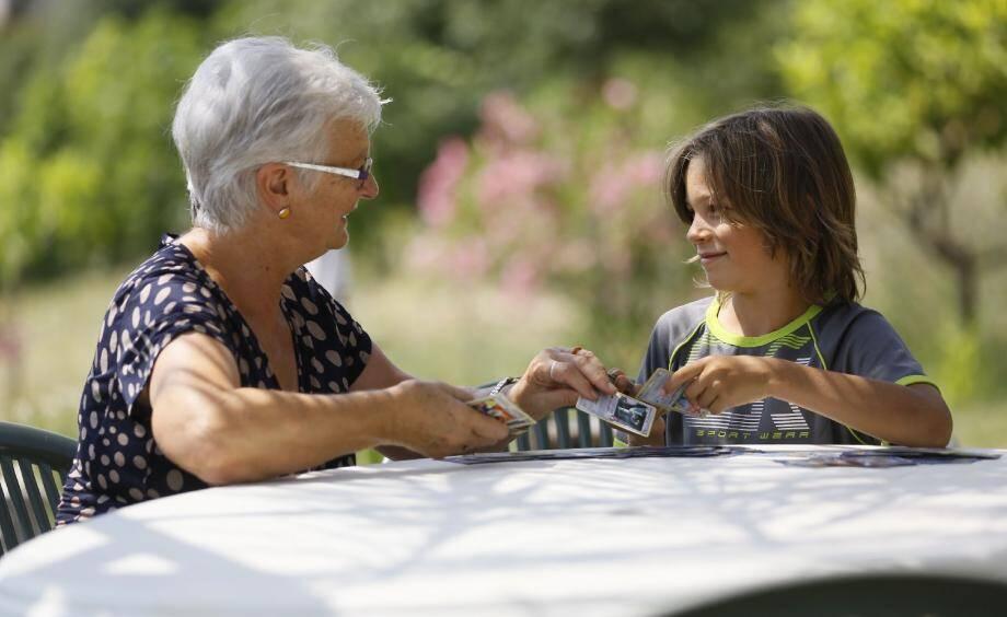 Les grands-parents sont des millions en France à s'occuper chaque semaine de leurs petits-enfants.