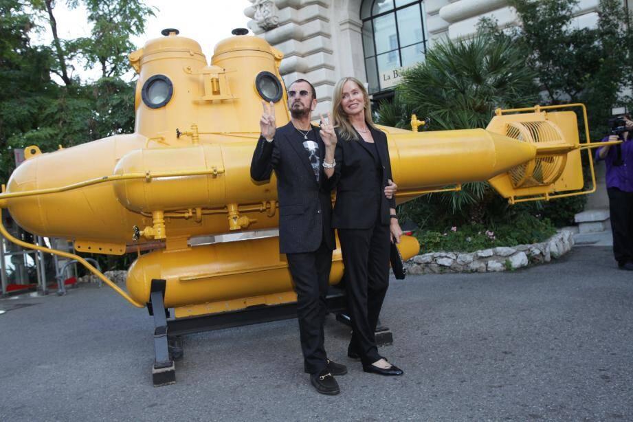 Accompagné de sa femme, l'actrice Barbara Bach, Ringo Starr ou la « rock attitude » jusqu'au bout des ongles.