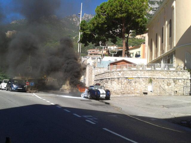 Une voiture de collection a pris feu à Monaco, lundi. Pas de blessés dans cet incident, mais des difficultés de circulation.