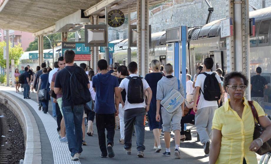 Les quais des gares de la Riviera française risquent d'être bondés jusqu'en mars prochain aux heures de pointe, seul un train sur deux circulera.