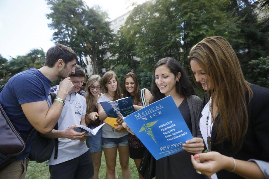 Des étudiants sur le campus Valrose à Nice