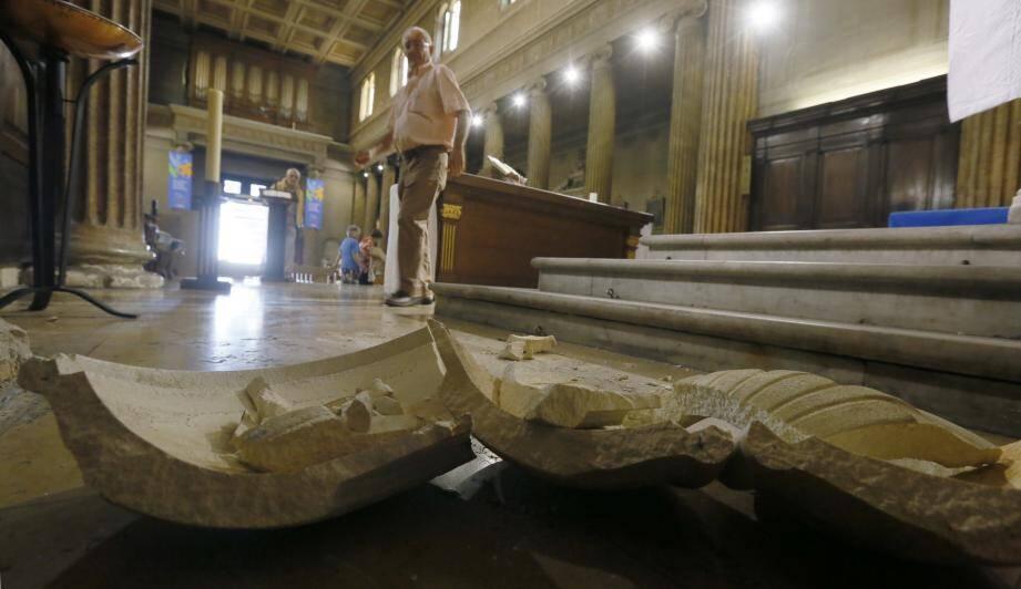 Porte-cierge, baptistère et pot de fleurs ont été renversés et brisés, les pieds de micros et la nappe d'autel mis au sol.