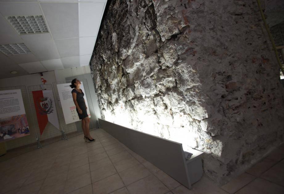 Ce mur de trois mètres de haut par six mètres de long, vestige des remparts qui protégeaient la ville médiévale, vient d'être découvert lors des fouilles de l'ancien Sénat.