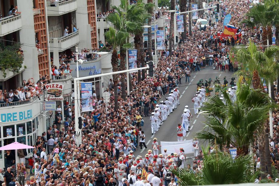 La foule, massée tout le long de l'avenue de la République, exceptionnellement piétonne, a réservé un chaleureux accueil aux marins.