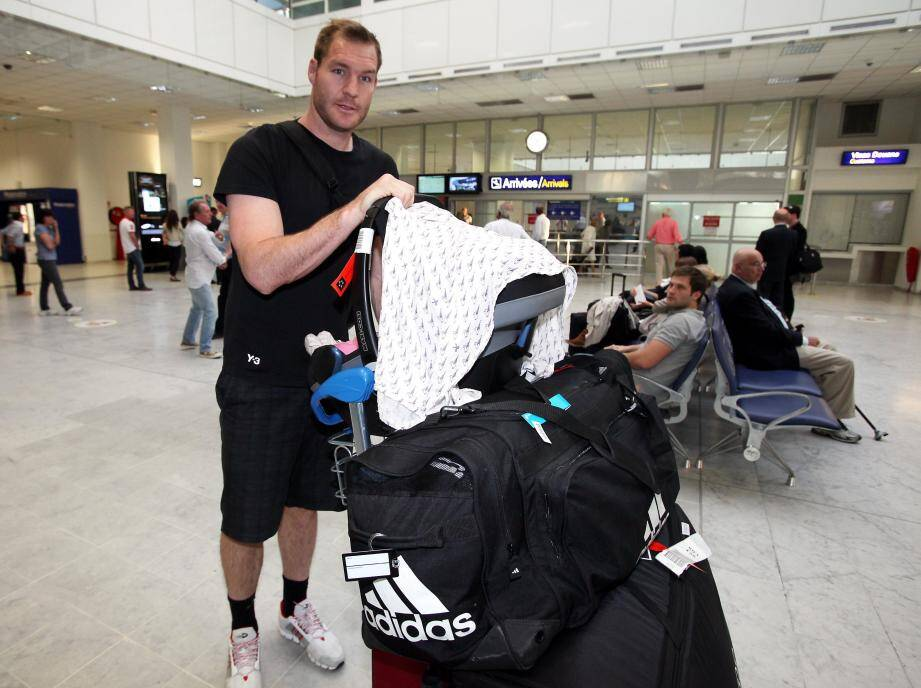 La nouvelle recrue du RCT Ali Williams ce mercredi à l'aéroport de Nice. Le joueur néo-zélandais pourrait retrouver la Côte d'Azur dès le 5 octobre pour le choc Toulon - Clermont délocalisé à l'Allianz Riviera.
