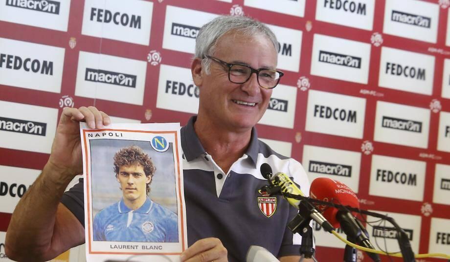 Claudio Ranieri montre une vieille image de Laurent Blanc lors d'une conférence de presse précédant le match PSG - AS Monaco.