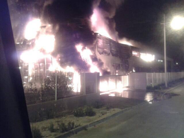 Quand les pompiers sont intervenus, vers 2h du matin, ils ont trouvé un brasier virulent, avec de hautes flammes.