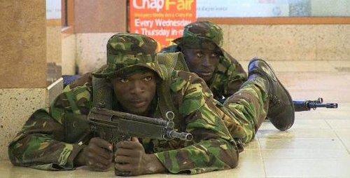 Capture d'écran d'une vidéo AFP-TV montrant des soldats kenyans à plat ventre dans un centre commercial de Nairobi assiégé par un commando terroriste, le 21 septembre 2013.