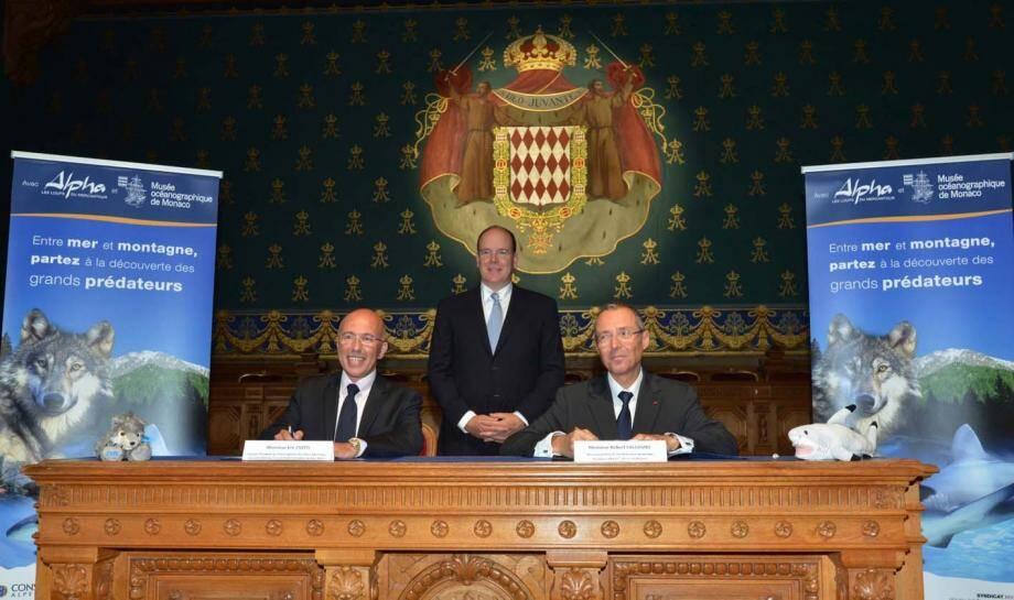 Eric Ciotti et Robert Calcagno signant la convention de partenariat en présence du prince Albert II.