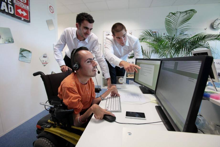 Grâce à Alban Grolleau (à gauche) et Kevyn Kohler, Thomas a pu devenir un salarié comme les autres.