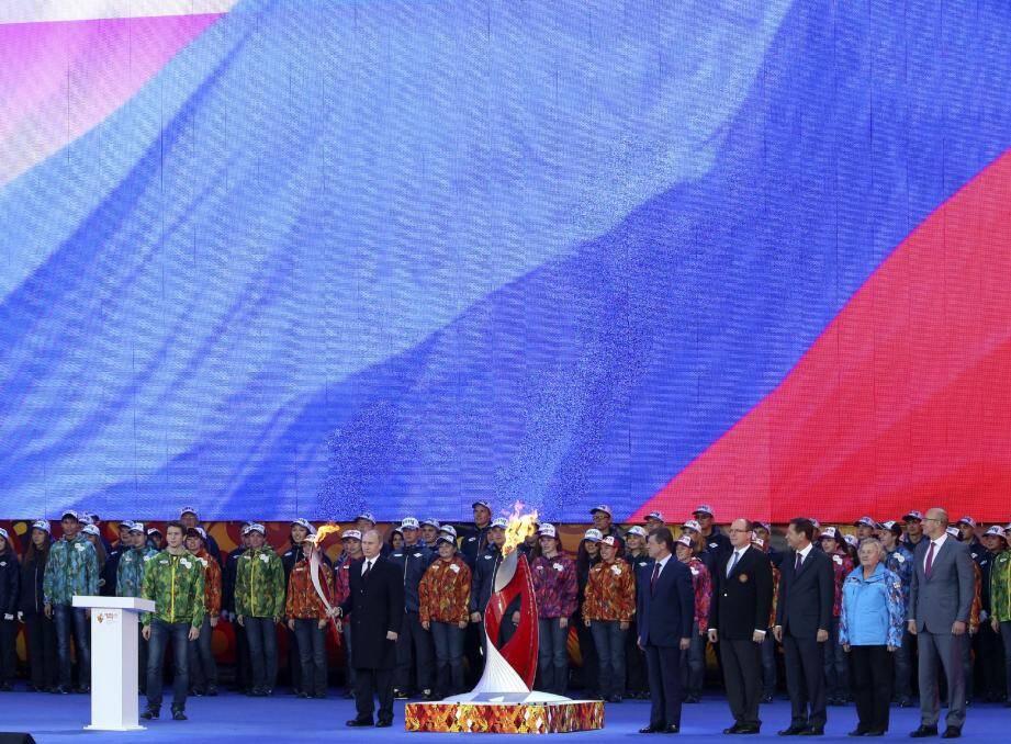 Aux côtés de Vladimir Poutine, le prince Albert II représentant le président du Comité International Olympique a accueilli la flamme olympique hier après-midi à Moscou.