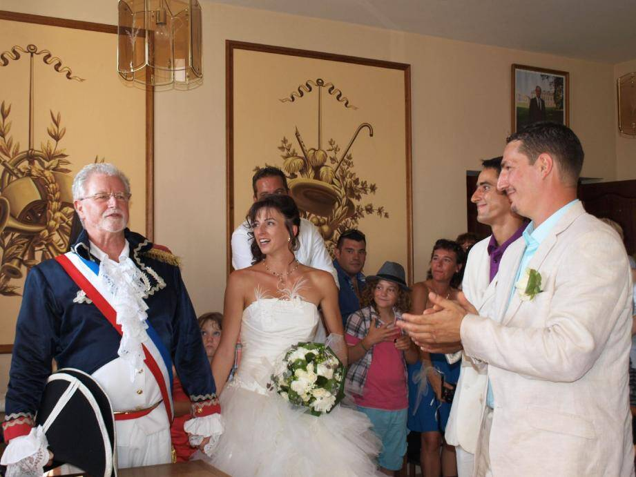 Cet été, Jacques Ballestra, maire d'Escragnolles, a marié sa fille en uniforme de général de la Révolution française. Une photo reprise sur le site Internet de Résistance républicaine.(DR)