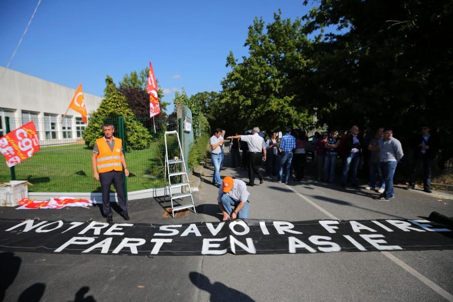 A Orvault (Loire-Atlantique), un des trois sites qui doivent être cédés d'ici 2015, les salariés d'Alcatel-Lucent ont manifesté hier leur colère en déployant des banderoles.