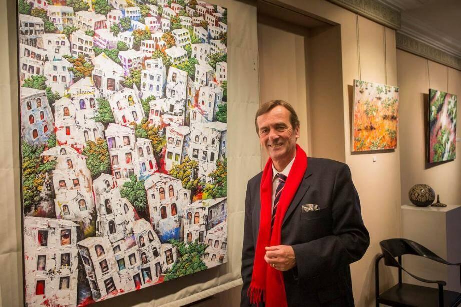 Jean-Pierre Fonteneau devant une des œuvres colorées