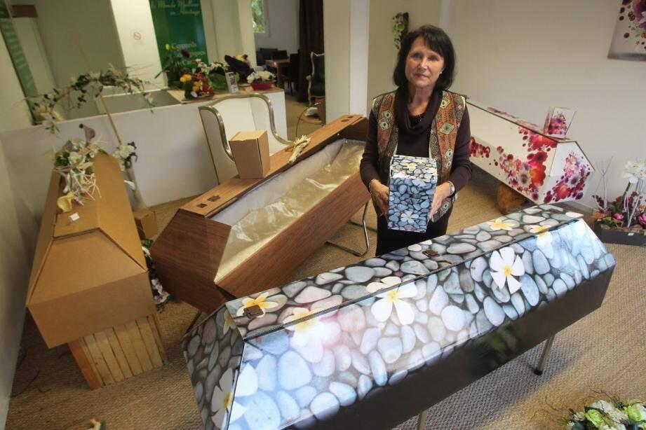 Chez Dunas-Sabatier, à Cannes, Catherine Vendeville présente le cercueil en carton, façon galet, et l'urne assortie.