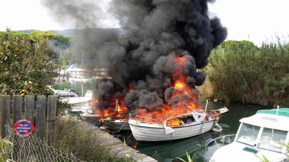 L'incendie, impressionnant, a ravagé cinq bateaux amarrés le long de la Siagne.