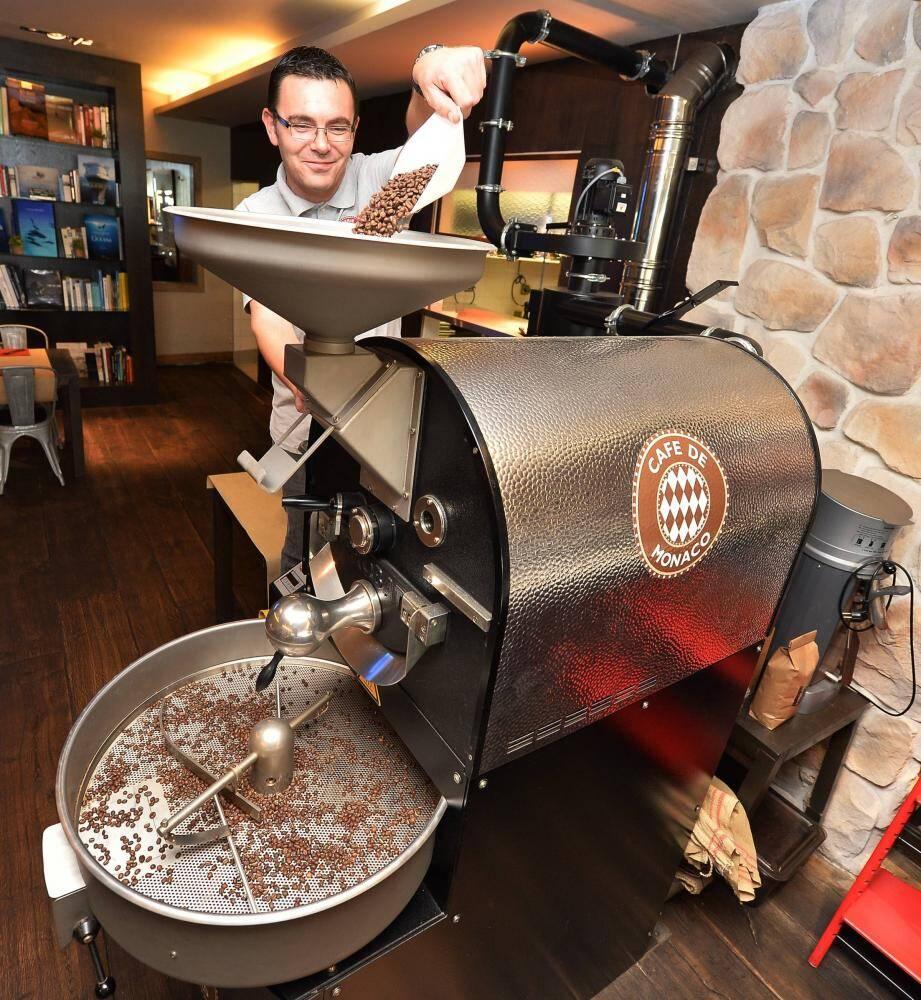 François Pichon, au travail pour torréfier les grains qui constituent le mélange du « Café de Monaco ».