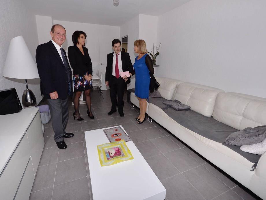 Le député-maire Jean-Claude Guibal, la sénatrice Colette Giudicelli et Dominique Estrosi-Sassone, présidente de Côte d'Azur Habitat, ont visité deux des vingt-neuf appartements de la nouvelle résidence.
