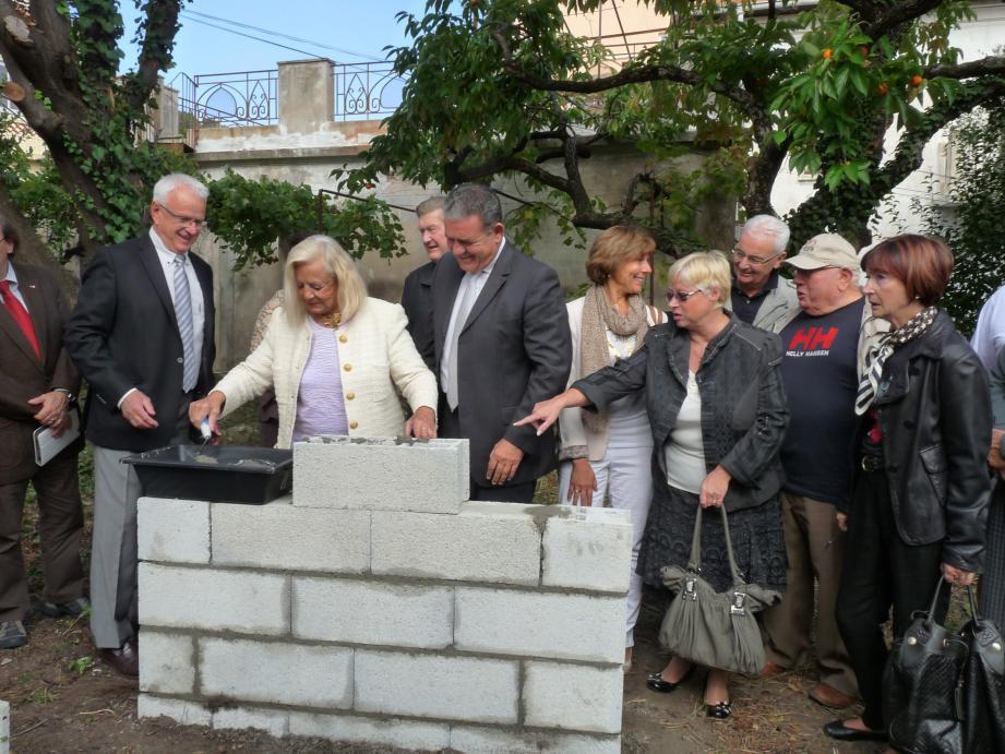 Les Napoulois ont été invités à poser cette première pierre en compagnie du conseil municipal.