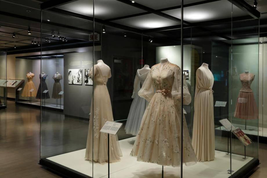 L'exposition fait la part belle aux robes de la princesse Grace, dont plusieurs ont été restaurées à Monaco, particulièrement par les équipes du Palais princier.