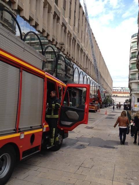 Les pompiers ont dû déployer la grande échelle derrière Nice-Etoile.