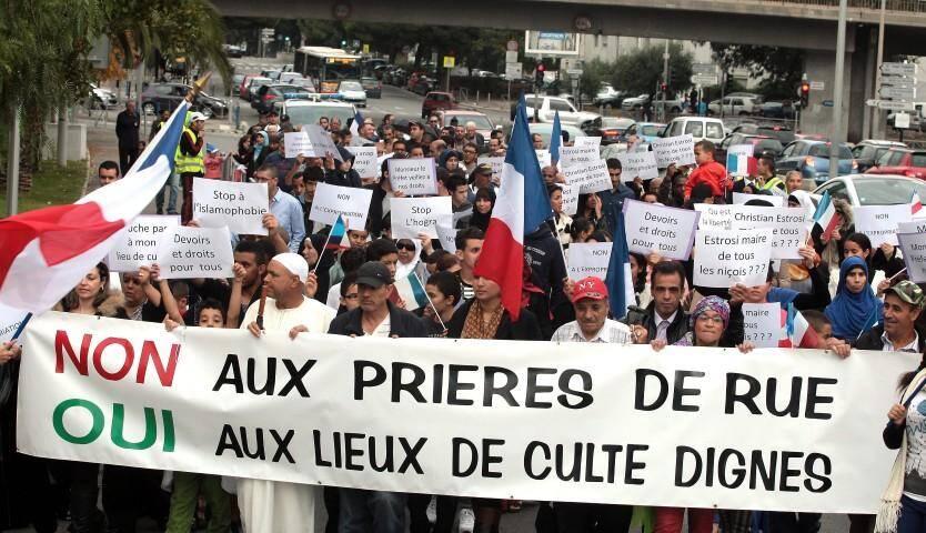 Près de 200 musulmans venus de tout le département ont défilé jusqu'à la préfecture dans le calme et le silence.
