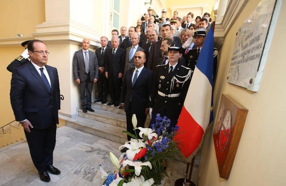 François Hollande a déposé une gerbe au pied de la stèle en mémoire du préfet Erignac