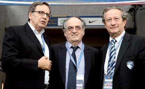 Jean-Pierre Louvel (g), président du syndicat des clubs pros, en compagnie du président de la FFF Noël Le Graët (c) et du président de TF1 Nonce Paolini le 15 août 2012 au Havre.