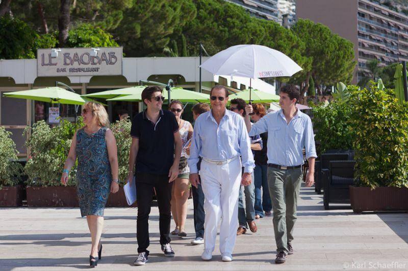 L'équipe d'Incompatibles avec Roger Moore lors du tournage à Monaco.