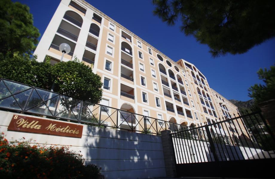 La résidence cossue est située en haut de l'avenue Saint-Roman.