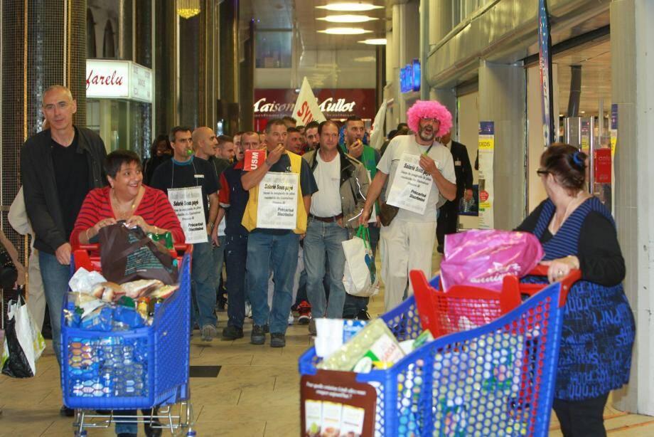 Les clients étaient quelque peu interloqués hier matin lorsqu'ont défilé les employés grévistes devant Carrefour.