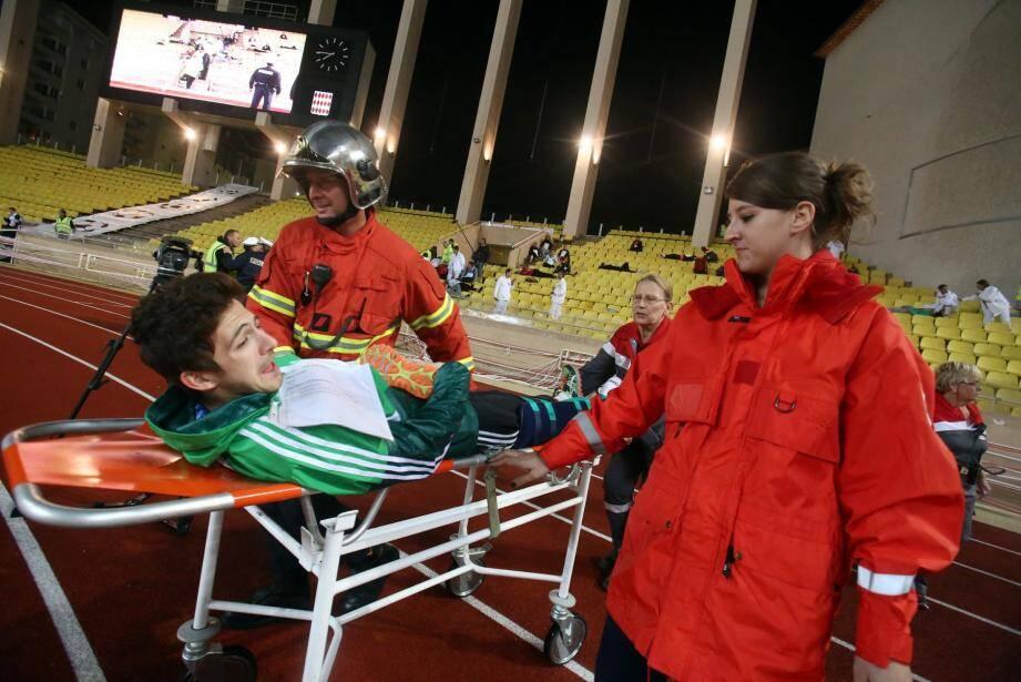 Les secours organisent le premier tri des blessés sur le terrain d'athlétisme avant de les transférer au poste médical avancé.