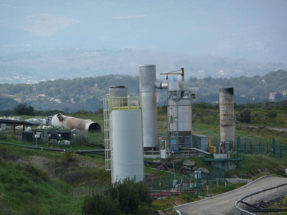Les torchères du BGVap, unité de valorisation et de traitement des lixiviats installée sur le site fermé de La Glacière.