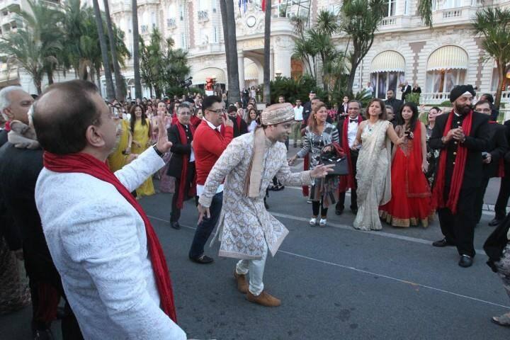 Des femmes élégantes en sari multicolore, des hommes en smoking noir se trémoussant sur la Croisette au son d'une musique entraînante. Tel est le spéctacle auquel ont pu assiter les Cannois, ce lundi en fin de journée.