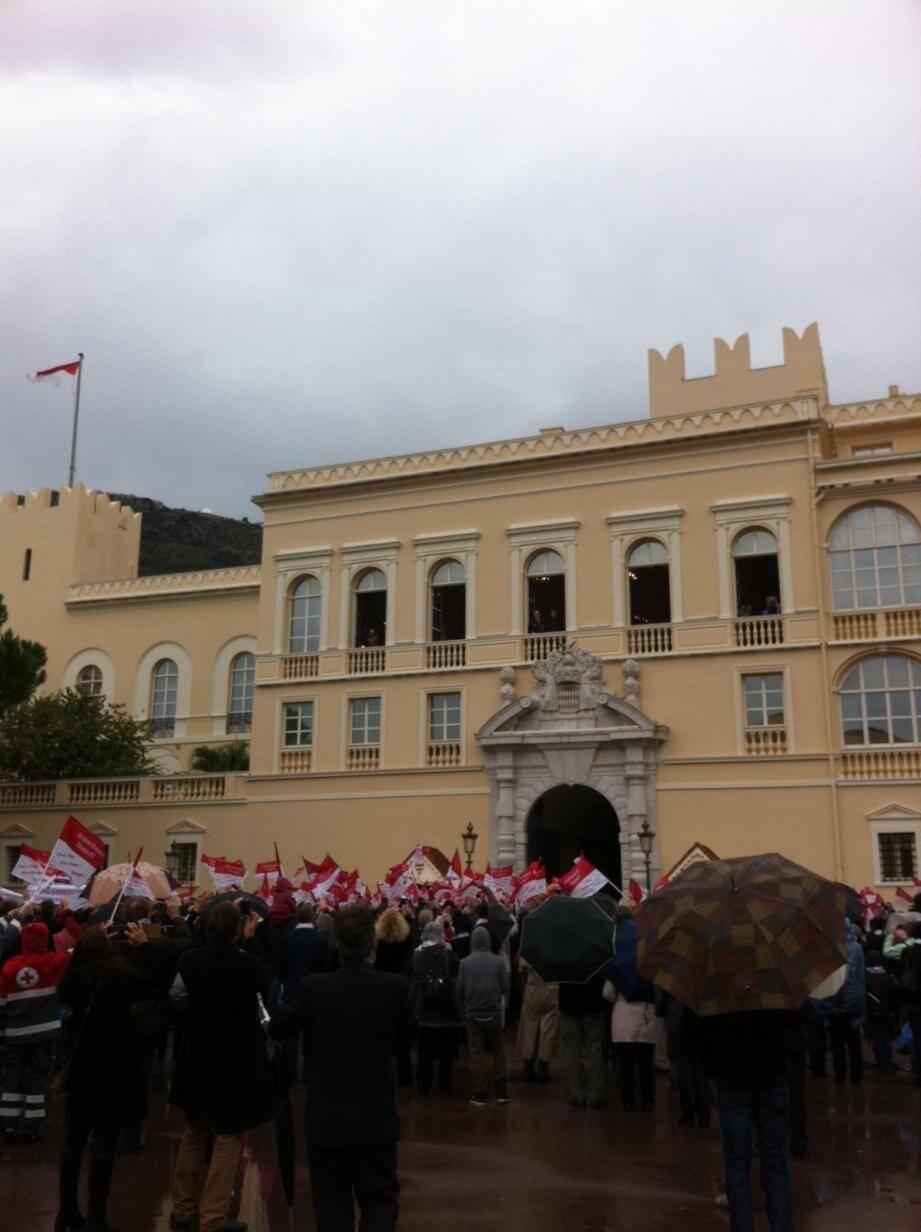 De courageux Monégasques ont bravé le temps pour rendre hommage au prince sur la place du Palais.