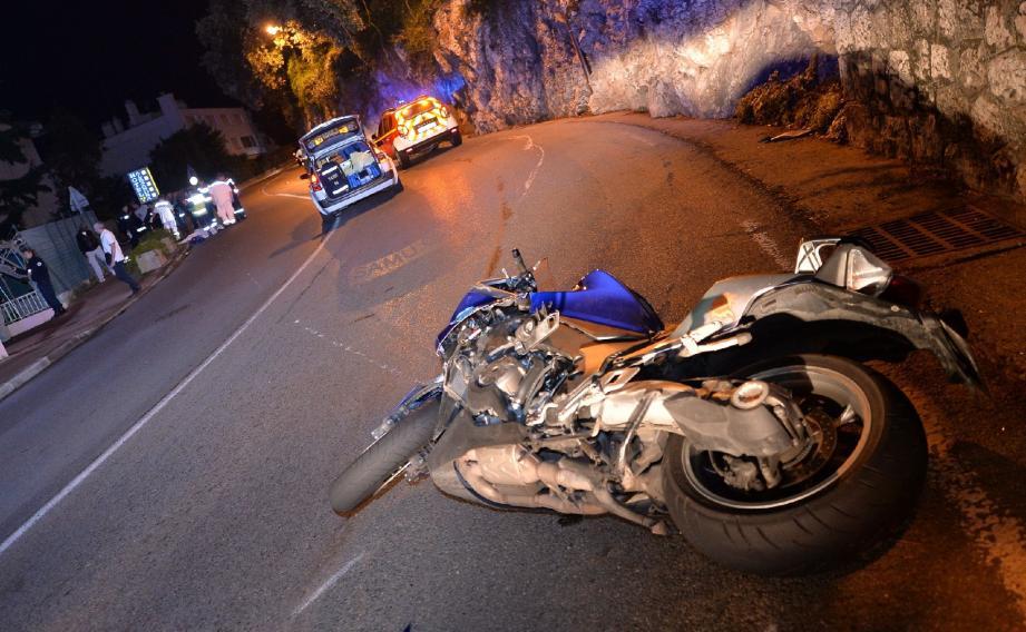 La moto a fini sa course plus de cinquante mètres après le point de collision.