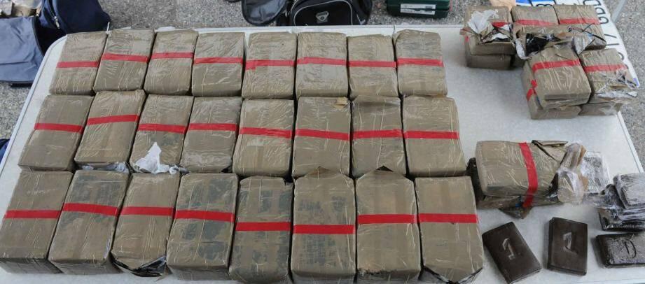 Lors de l'enquête 250 kg de résine, 5 kg de cocaïne, plus de 400 000 euros en liquide, 53 véhicules et des armes de guerre ont été saisis par les gendarmes.