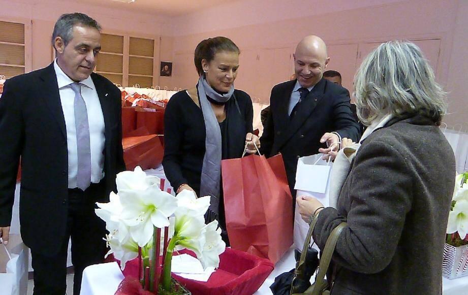 La princesse Stéphanie a accueilli les aînés venus chercher leurs colis au foyer Rainier-III avec un large sourire.