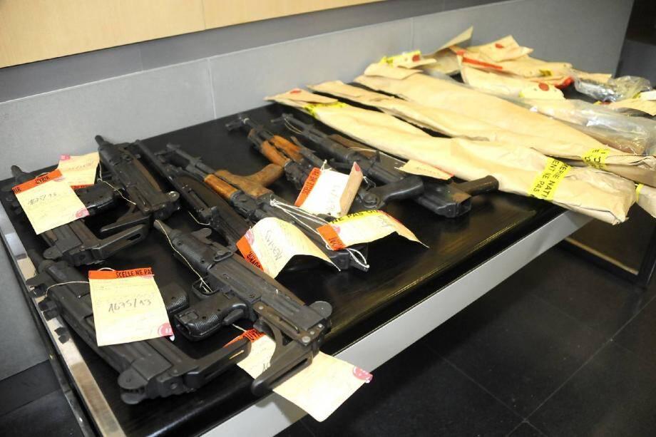 Pistolets automatiques, kalachnikov, Uzi, fusils mitrailleurs ont été saisis.