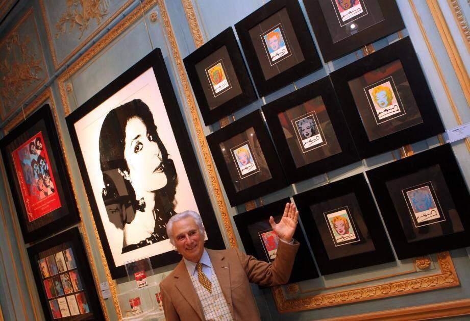 Andriano Ribolzi a toujours souhaité rendre hommage au représentant du pop-art, Andy Warhol. Ici, devant des sérigraphies en petit format de Marilyn Monroe.