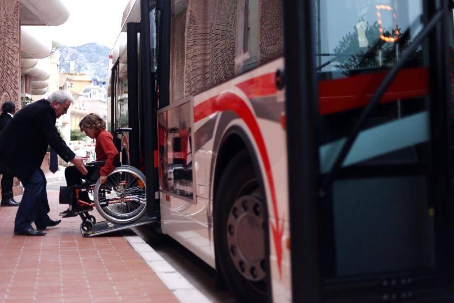 Les écoliers ont dû remplir des « missions », comme prendre le bus ou faire des courses au supermarché. Ces activités du quotidien prennent une autre tournure en fauteuil roulant.