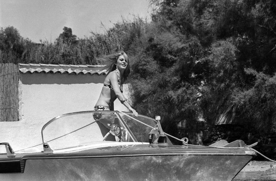 Brigitte Bardot - ici, en 1968 devant la Madrague - et Saint-Tropez : une histoire d'amour éternelle. (DR)