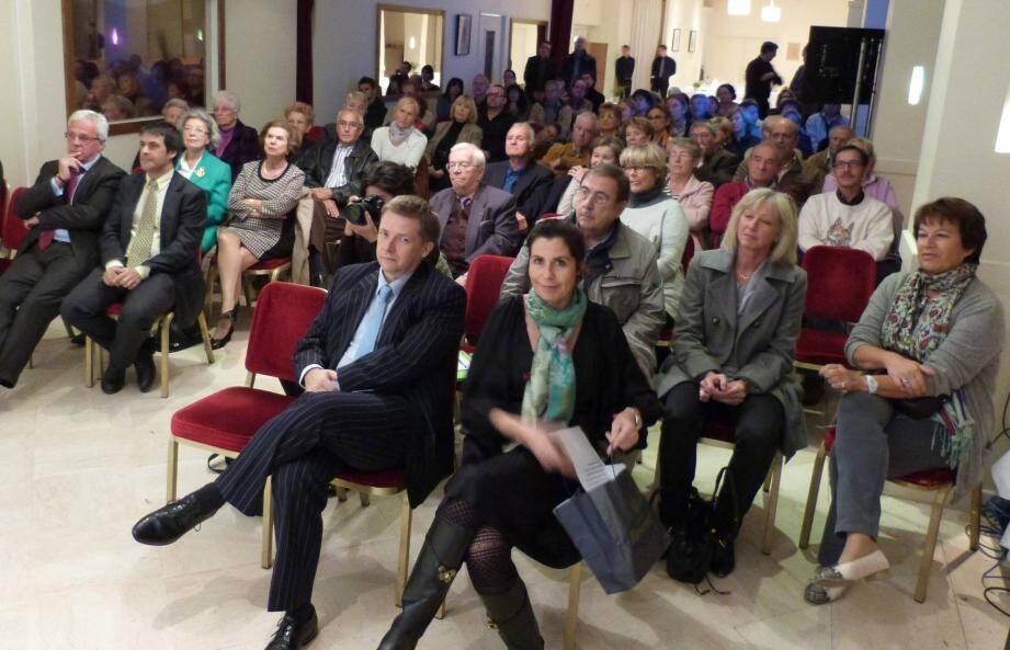 Une centaine de personnes ont assisté, lundi soir, à la première réunion de quartier depuis la victoire de la liste Horizon Monaco aux élections nationales. À droite, Laurent Nouvion, président du Conseil national.
